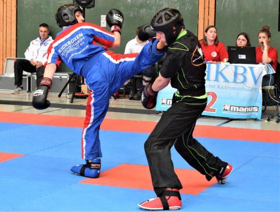 Feidhlim (links) trifft mit dem Kick