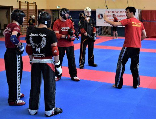 Laszlo (rechts) erklärt die nächsten Übungen